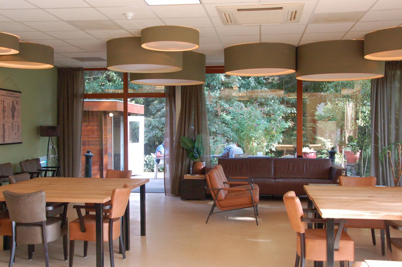 De eetzaal en recreatieruimte op de verpleegafdeling