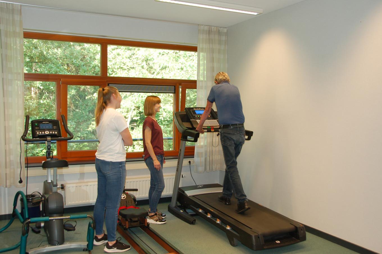 De fitnessruimte voor onder ander fysiotherapie