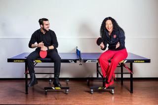 Afdelingsmanager maatschappelijke opvang Jenny en deelnemer Abdul zijn dikke mik